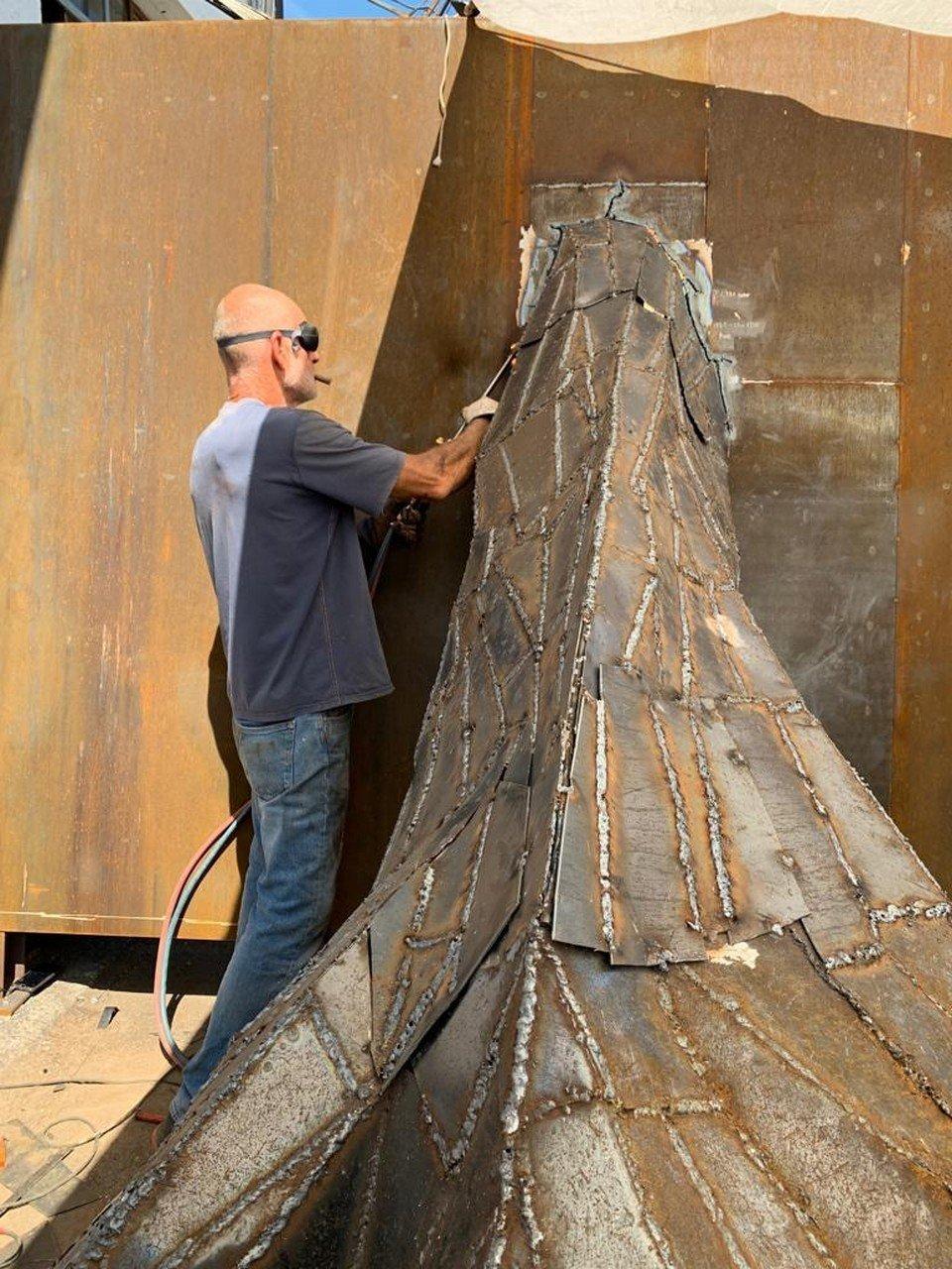 L'artista Stefano Pierotti al lavoro sul monumento