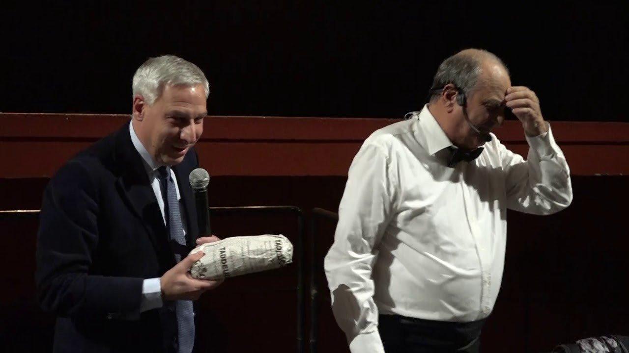Il Sindaco di Viareggio Giorgio del Ghingaro, capannorese, offre il buccellato a Morganti durante la Canzonetta