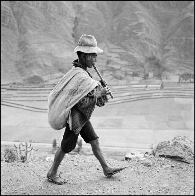 Werner Bischof: On the road to Cuzco, near Pisac, in the Valle Sagrado of the Urubamba river.