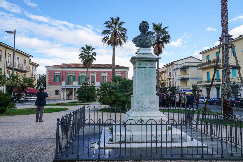 Monumento a Shelley nell'omonima piazza