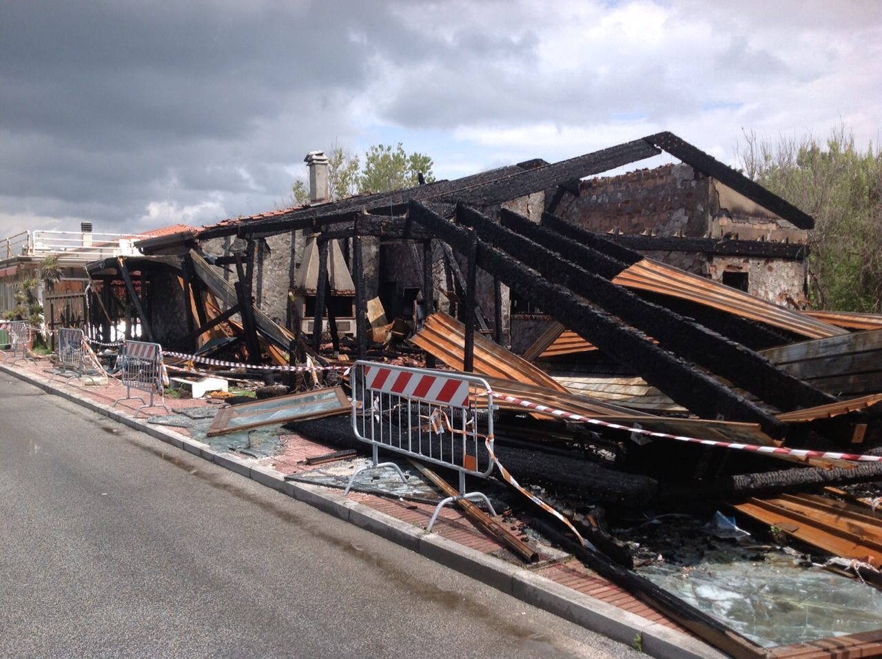 Resti del ristorante Lampara, distrutto da un incendio