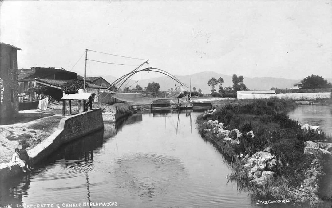 Il Canale Burlamacca all'altezza delle Porte Vinciane in una foto d'epoca
