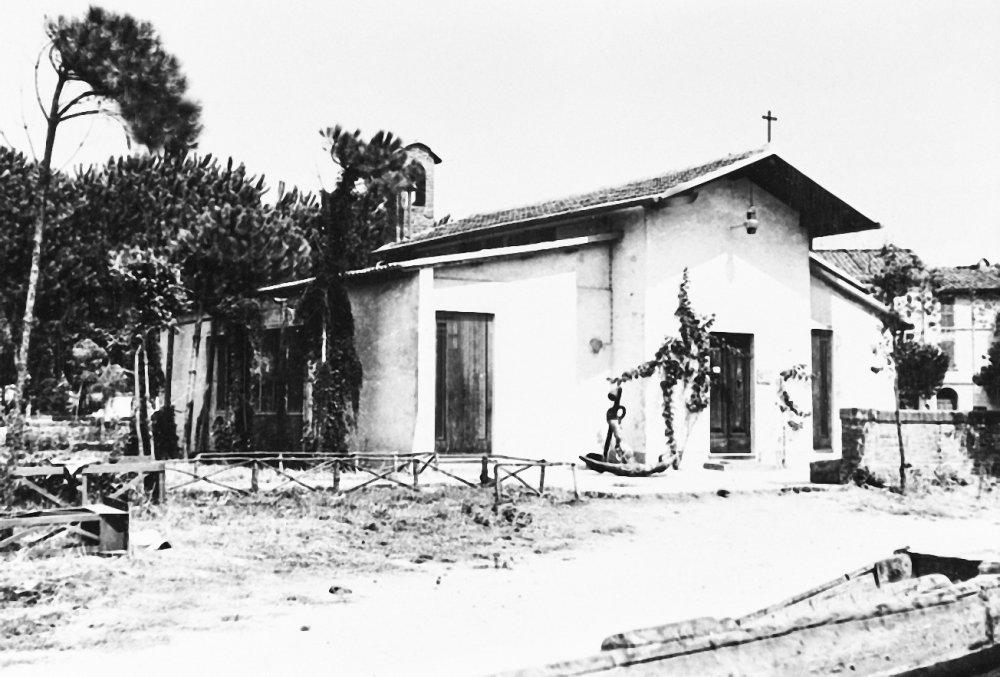 La Chiesina dei Pescatori appena costruita in una foto d'epoca