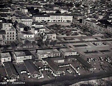 Piazza Mazzini nel 1960 con visibili i resti dell'ex Casa del Fascio